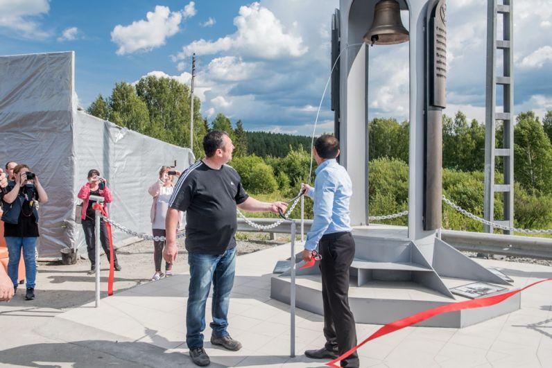 Нургали Исмаилов и Сергей Муратов ударом в колокол официально открываю стелу.