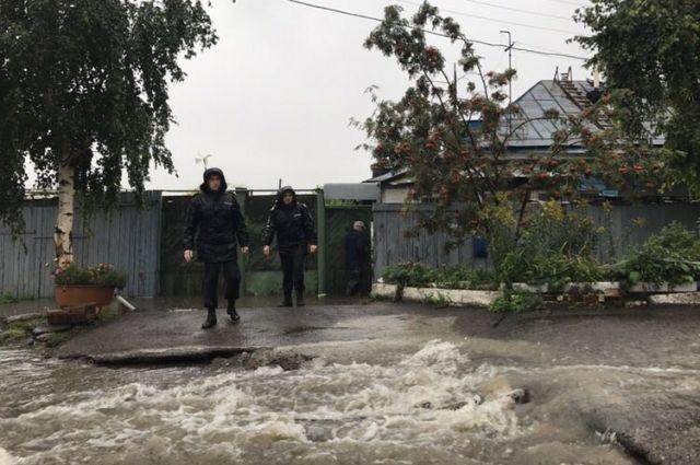 Спасатели напомнили о правилах поведения во время сильного дождя.