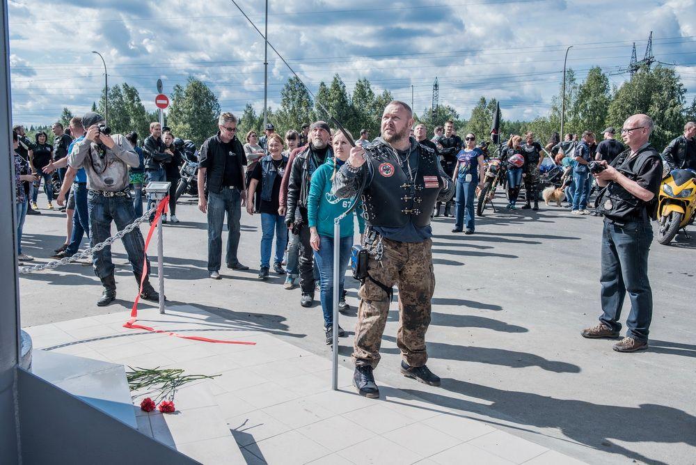 Один из байкеров ударом в колокол отдаёт дань памяти погибшим мотоциклистам.