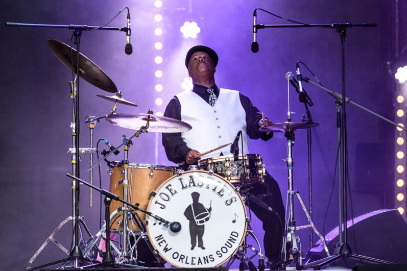 Впрошлом году Koktebel Jazz Party был удостоен приза Министерства культуры вкатегории лучшее мероприятие событийного туризма. «Это означает, что люди специально приезжают вКрым, чтобы посетить это событие»,— сообщил Дмитрий Киселев журналистам. Музыкант Джозеф Ласти во время выступления коллектива Joe Lastie's New Orleans Sound.