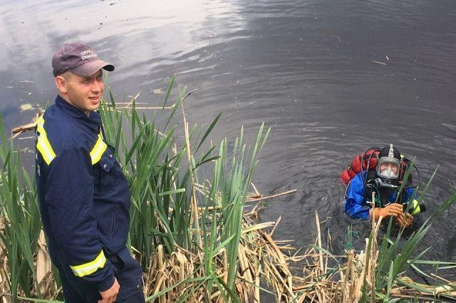 Водолазы передали тело утопленника полиции.