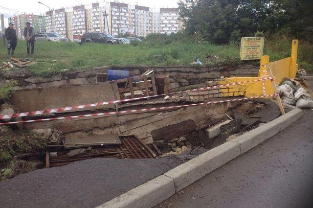 Подпорная стена рядом с подземными гаражами на улице Шумяцкого развалилась после сильных ливней, обрушившихся на Красноярск в конце августа.