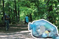 С первого взгляда на дорожках парка мусора не так уж много, но достаточно заглянуть за ближайший куст, и обнаружишь следы пребывания неразумных отдыхающих.