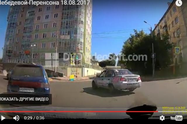 Автомобиль из правого ряда поворачивает налево, подрезав машину с регистратором.