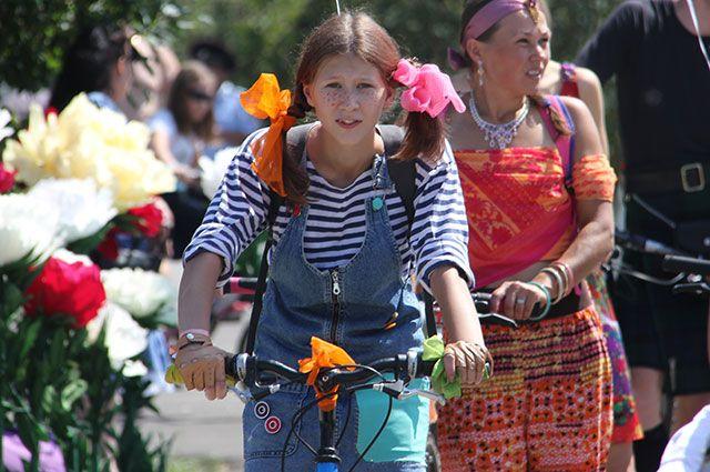 Тюменские девушки в образе киногероинь превратятся в «Леди на велосипеде»