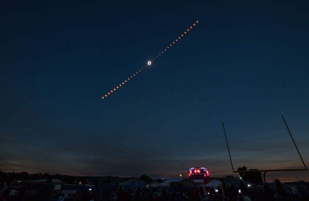 Коллаж показывает прогрессию полного солнечного затмения над Мадрасом, штат Орегон.