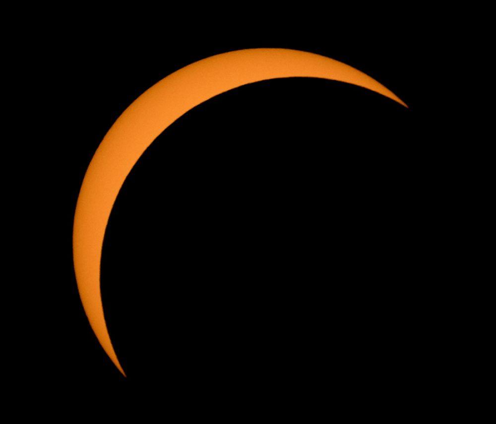 Луна, видимая перед Солнцем вточке максимума частичного солнечного затмения вблизи Баннера, Вайоминг.