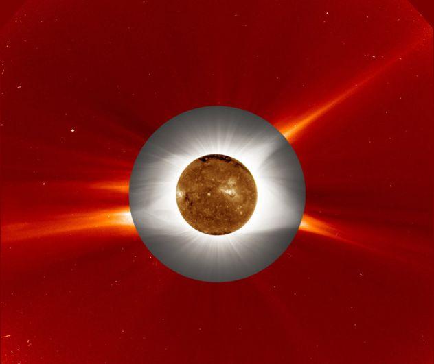 Коллаж показывает атмосферу Солнца, корону иназемное изображение солнечного затмения всовокупности.
