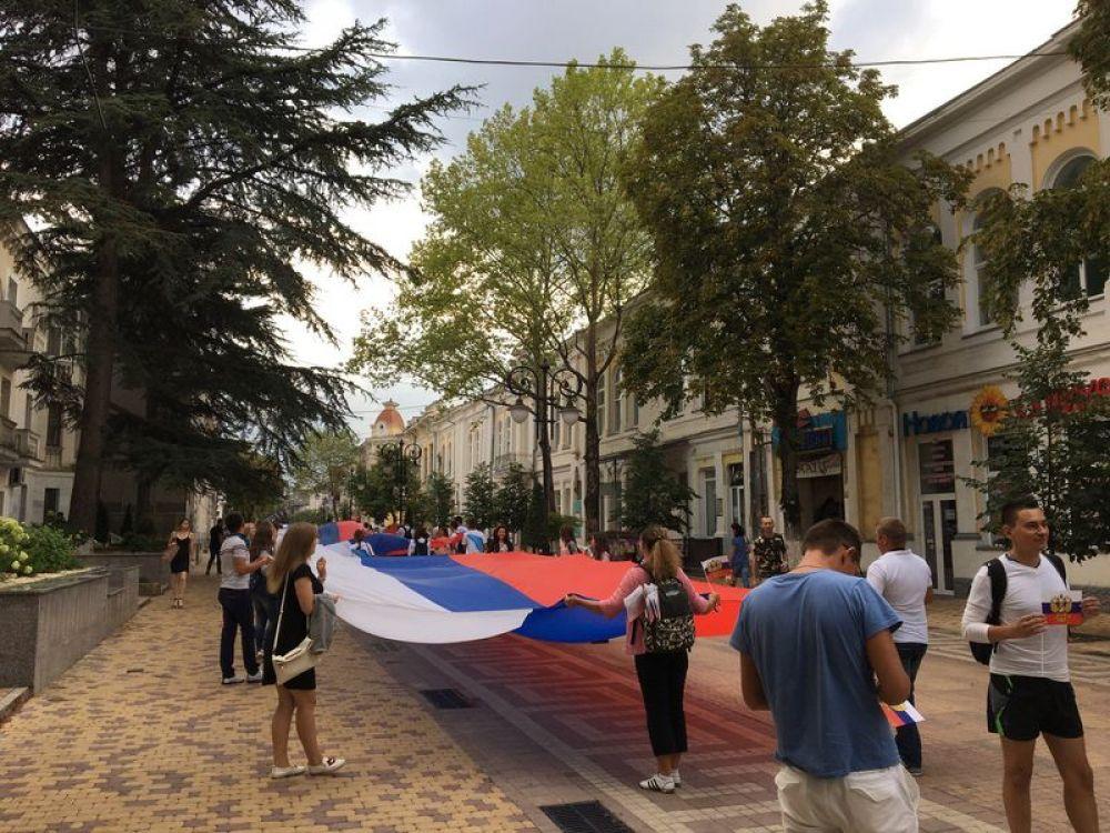 В 17.00 на пересечении улиц Пушкина и Горького в Симферополе развернули самый большой флаг России на полуострове.