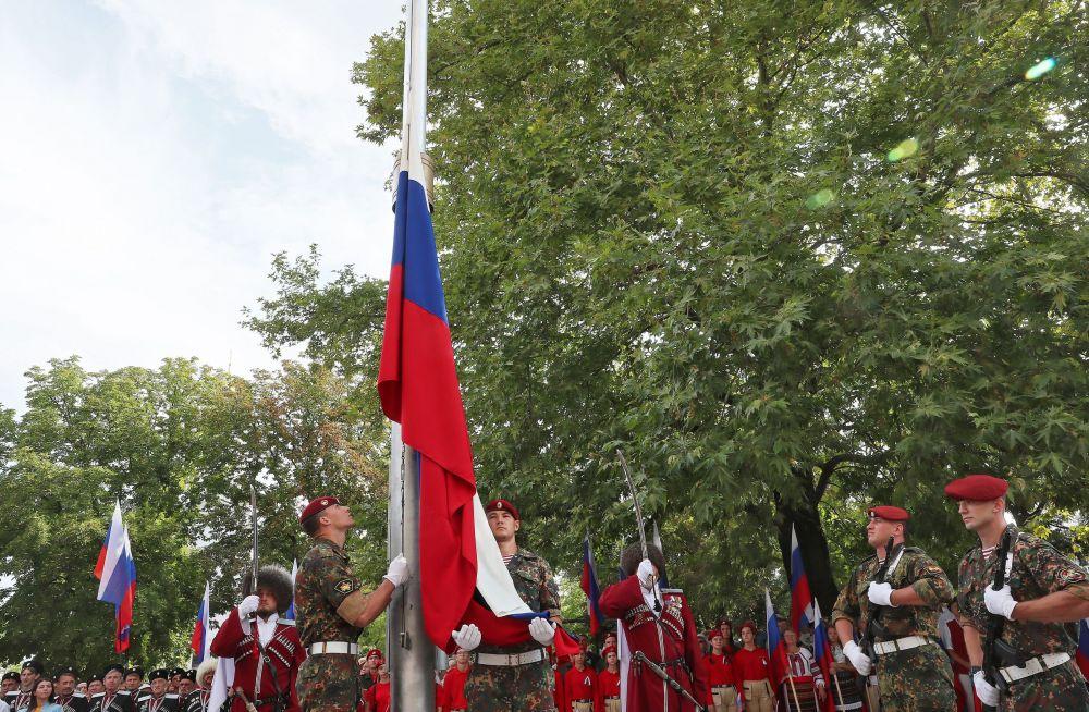 Церемония поднятия Государственного флага Российской Федерации военнослужащими 112-й отдельной бригады войск Национальной гвардии Российской Федерации.