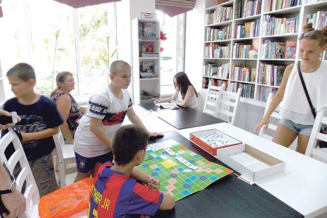 Отдохнуть и пообщаться в библиотеке могут и дети, и взрослые.