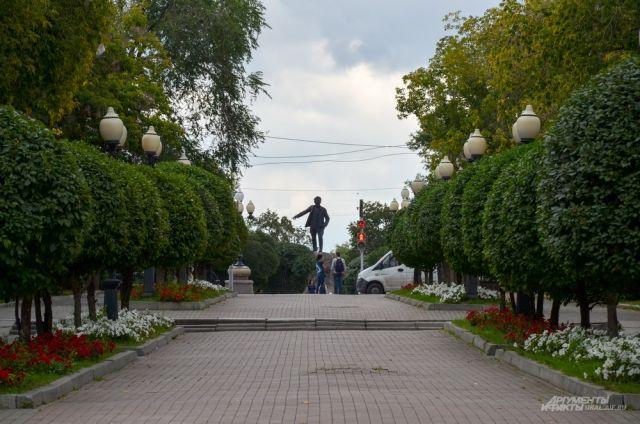 Вид из сквера на памятник Якову Свердлову на проспекте Ленина.