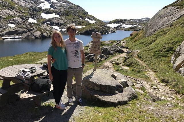 Мария и Тимур путешествуют по Европе на автомобиле.