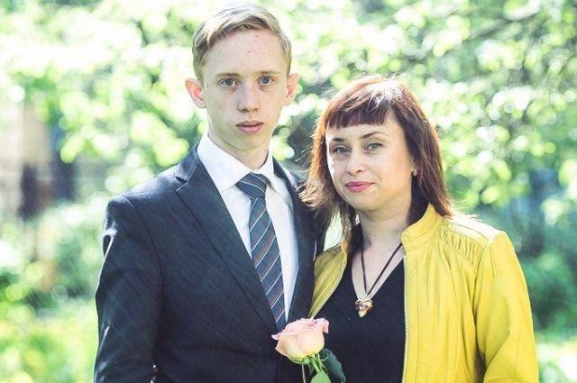 Наталья Власова с сыном на выпускном.