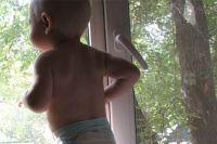 Мама не заметила, как малыш забрался на окно.