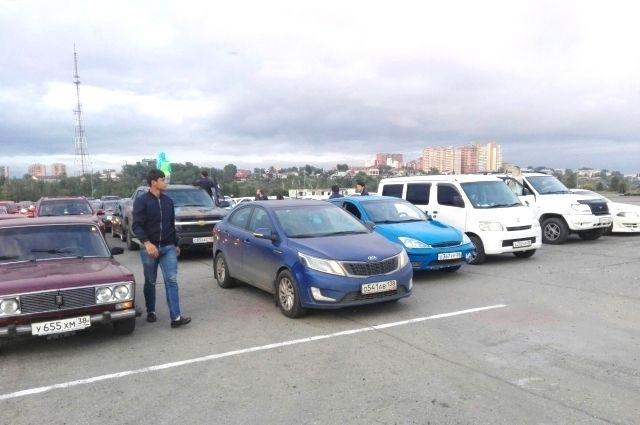 Российский триколор из автомобилей в Иркутске.