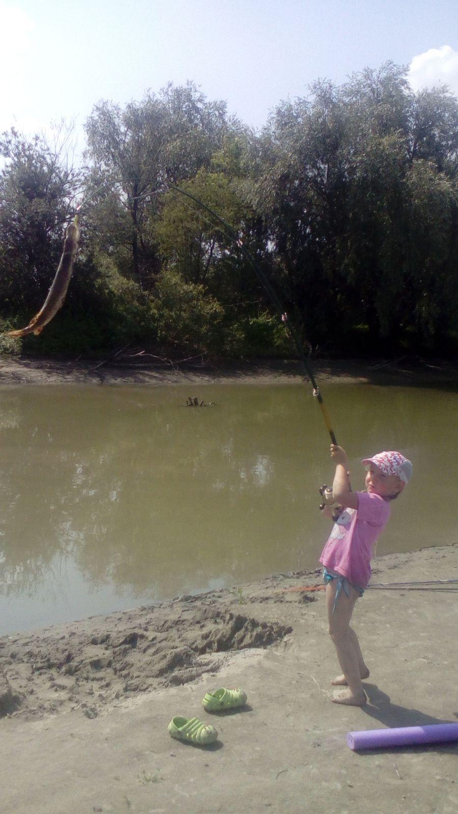 Мы всей семьей любим ездить на лодке отдыхать. Мы купаемся, загораем и ловим рыбу. В этот раз мы тоже не остались без улова! Маньшина Маргарита