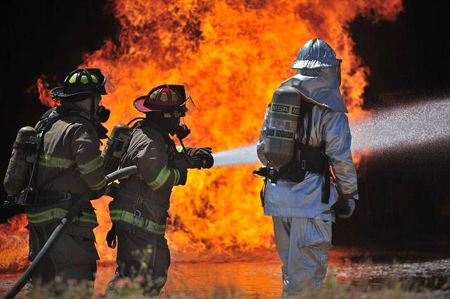 В Тюмени спасатели вынесли газовые баллоны из горящего дома
