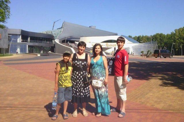 Миша Калинин (справа) с семьей еще до трагедии.