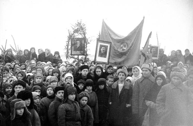 10 февраля на площади у драмтеатра (нынешняя филармония) состоялся многотысячный митинг, на котором жители Курска постановили активно работать на восстановлении родного города