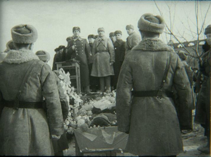 Генерал Черняховский выступает перед могилой Перекальского