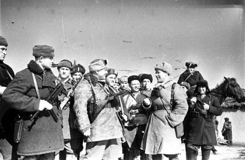 Советские войска во время штурма Курска захватили большое количество трофеев и среди них многочисленные склады с боеприпасами и продовольствием