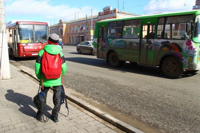 Обязательно проговорите с ребёнком правила безопасности на остановке общественного транспорта.