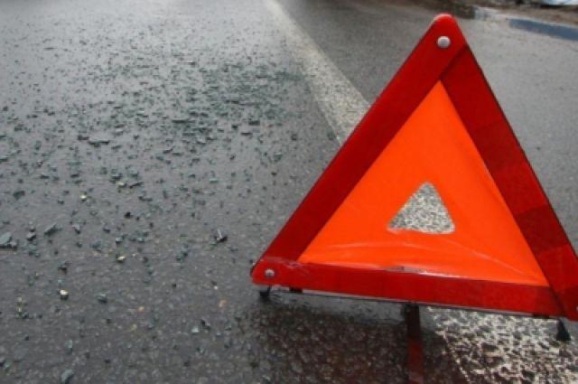Видео с места ДТП: в Тюмени автомобиль отшвырнуло на светофор