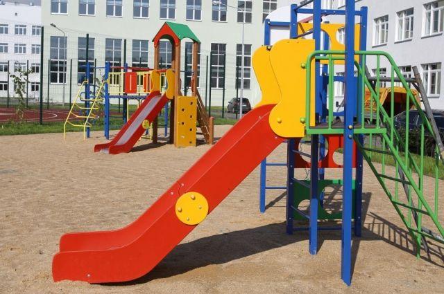 В школе в микрорайоне Парковый есть даже детская площадка.
