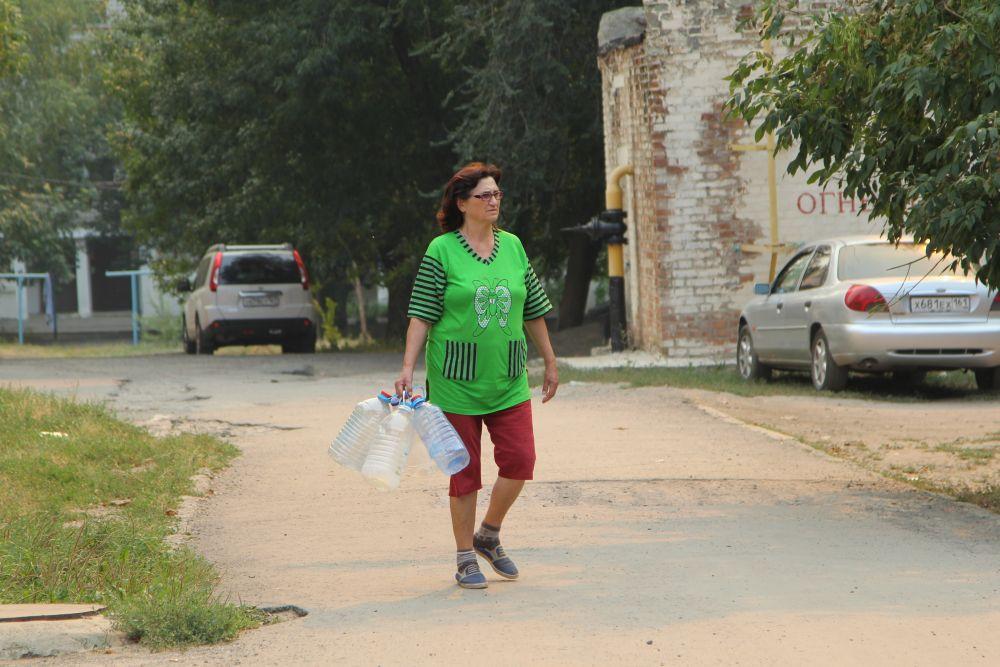 Сегодня в Красном Сулине можно часто встретить местных жителей, идущих с пустыми емкостями по центральным улицам.