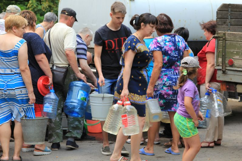 Водовозки везут воду из Шахт. Один из таких пунктов находится во дворе дома по улице Больничная, 4В.