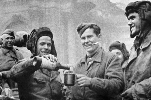 Алкоголь в Советской армии выдавали вплоть до 1945 года. После победы над Германией и милитаристской Японией выдача алкоголя была прекращена