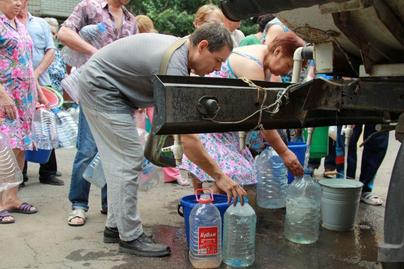 Одна водовозка раздает воду людям в течение часа.