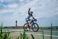 Велогонщик преодолел длинную дистанцию и стал победителем.