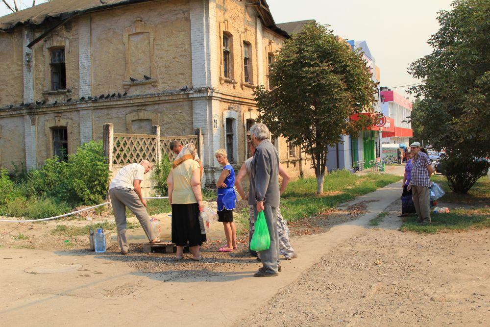 Это 2-й доступный источник воды в городе, называется он Петровским и находится по улице Ленина. Рядом расположена администрация города.
