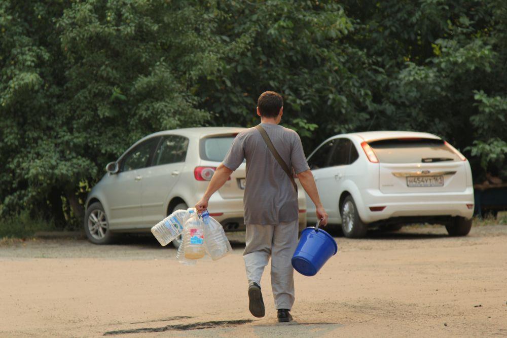 Люди запасаются водой с утра уже в течение недели. Проблемы с подачей начались вечером, 17 августа, Ещё ода из причин, почему в Красном Сулине до сих пор нет воды, - это многочисленные порывы на трассе.