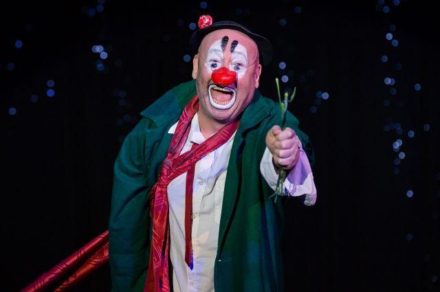 Соловьев не только руководит театром, но и сам выходит на сцену.