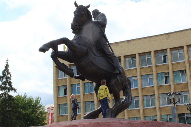 Памятник Евпатию Коловрату в центре Рязани.
