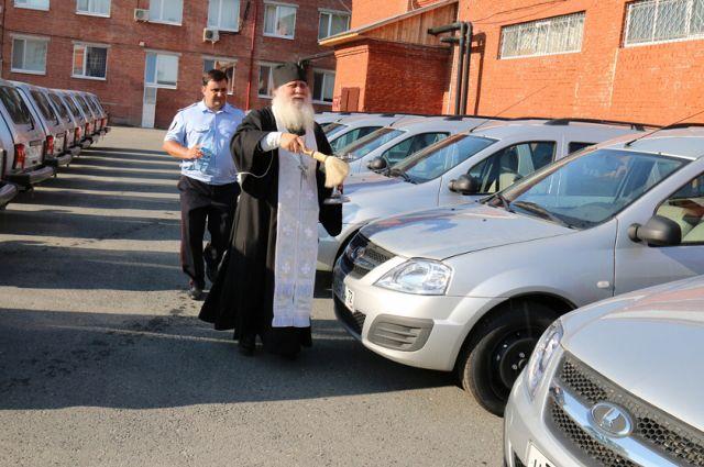 Новые автомобили для тюменской полиции освятил священник
