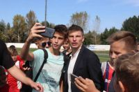 Андрей Аршавин фотографируется с барнаульскими фанатами