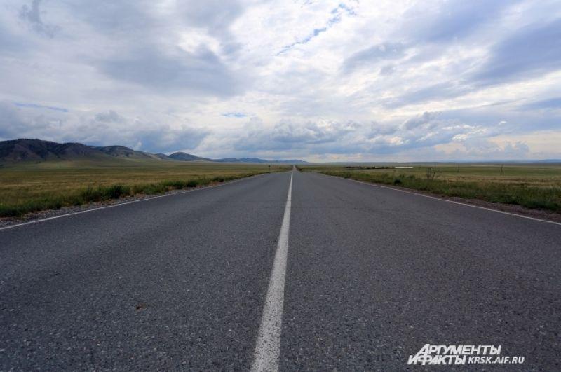 Дороги Хакасии - прямые и ровные, тянутся, докуда хватает взгляда.