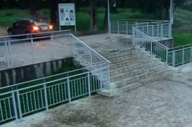 Лихач наджипе заехал налестницу вНагорном парке Барнаула