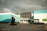 У входа в школу установлен памятник великому поэту.