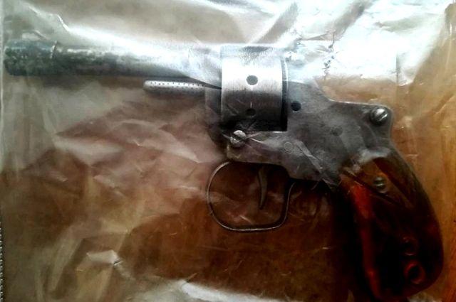У дворника в Новокузнецке нашли самодельный револьвер.