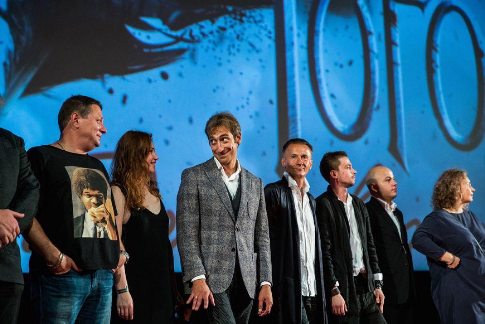 Съёмочная группа на сцене киноцентра «Октябрь».