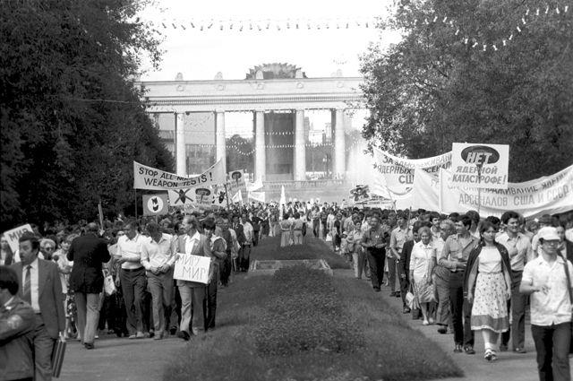 Участники антивоенного митинга представителей общественности Москвы и американцев-участников круиза по Волге в Центральном парке культуры и отдыха имени Горького. 1983 год.