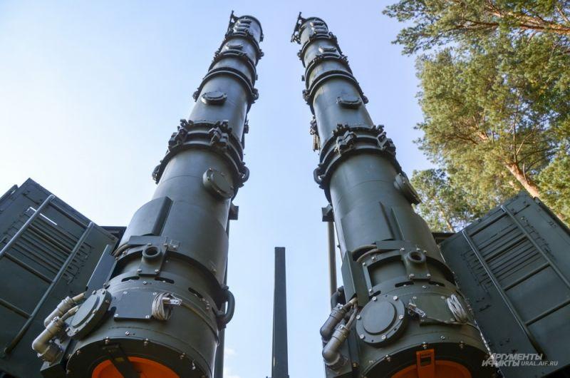 На его борту находятся две крылатых ракеты.