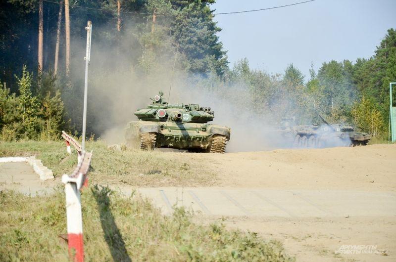 На полигон выезжает военная техника.