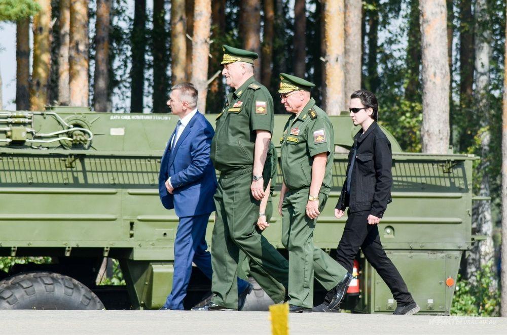 Руководство штаба ЦВО знакомится с экспонатами.