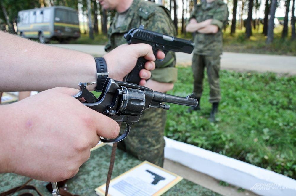 Пистолеты системы «Наган» (на переднем плане) 1923 года и ТТ 1943 года.